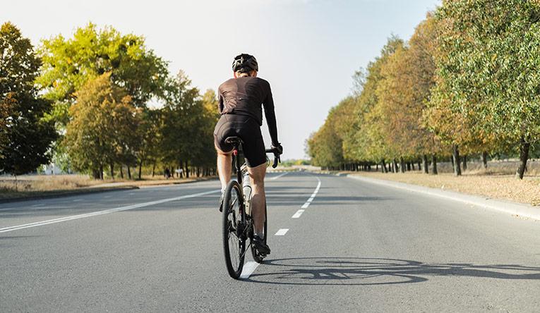 Kolesar na gravel kolesu